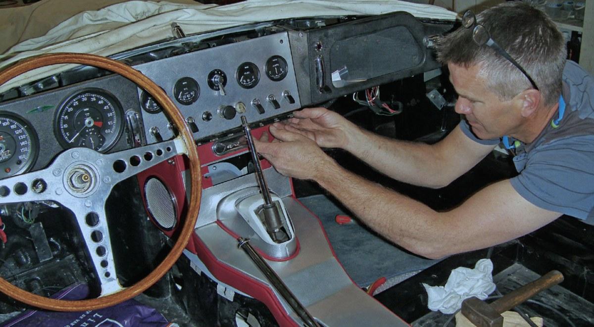 RESTAURATIE JAGUAR E-TYPE S1 3.8 1961 deel 13 dashboard middenconsoles